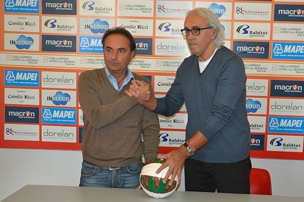 Stretta di mano tra soci del Forlì Football Club